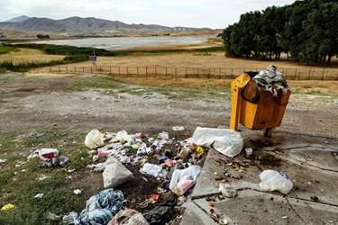 زبالههای رها شده در نزدیکی تالاب قوری گول که منظره زیبای تالاب قوری گول را برهم زده است.
