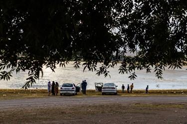 گردشگران برای بازدید از تالاب قوری گول با اتومبیلهای خود تا ساحل آن آمدهاند.