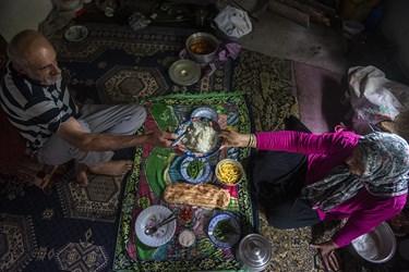 کشاورزان پس از ۶ ماه زحمت و تلاش فراوان  مزد زحمات خود را سر سفره خانواده خود میاورند تا خستگی کار از تن بیرون کنند