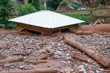 آورده های سیلابی موجب تخریب ساختمان در کنار رودخانه چالوس شد