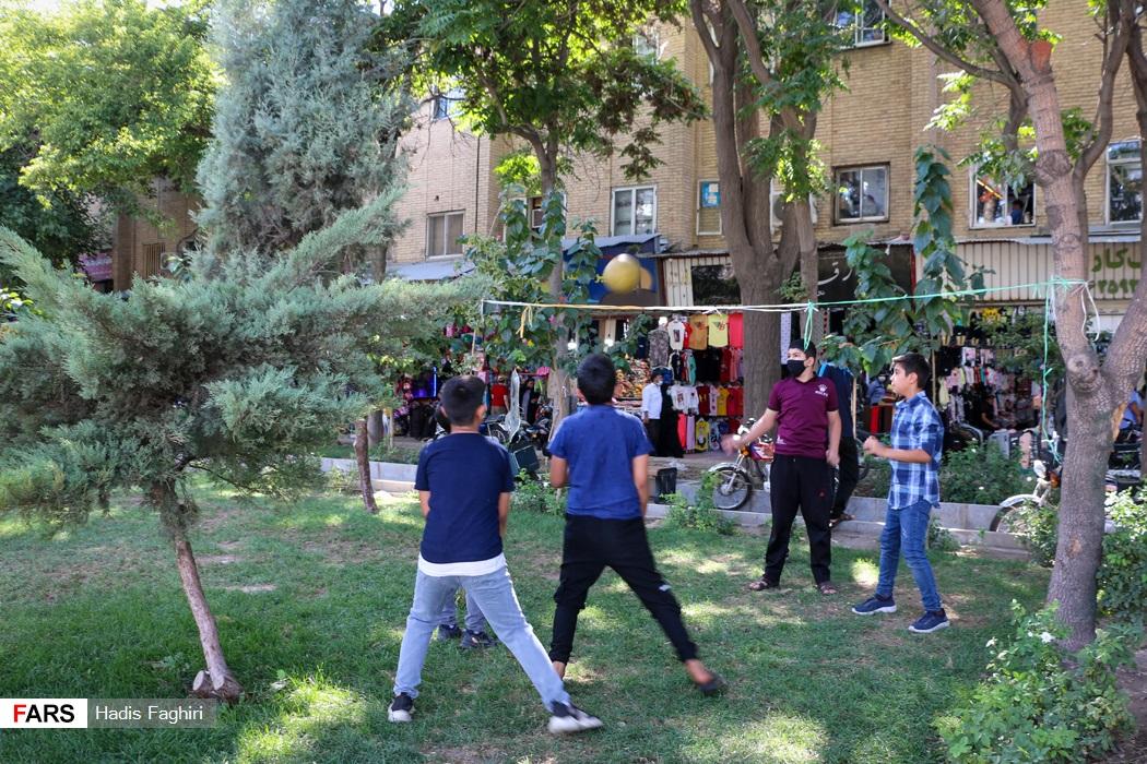 تفریحات نوجوانان در مکان عمومی در وضعیت قرمز کرونا درخیابان هفده شهریور مشهد