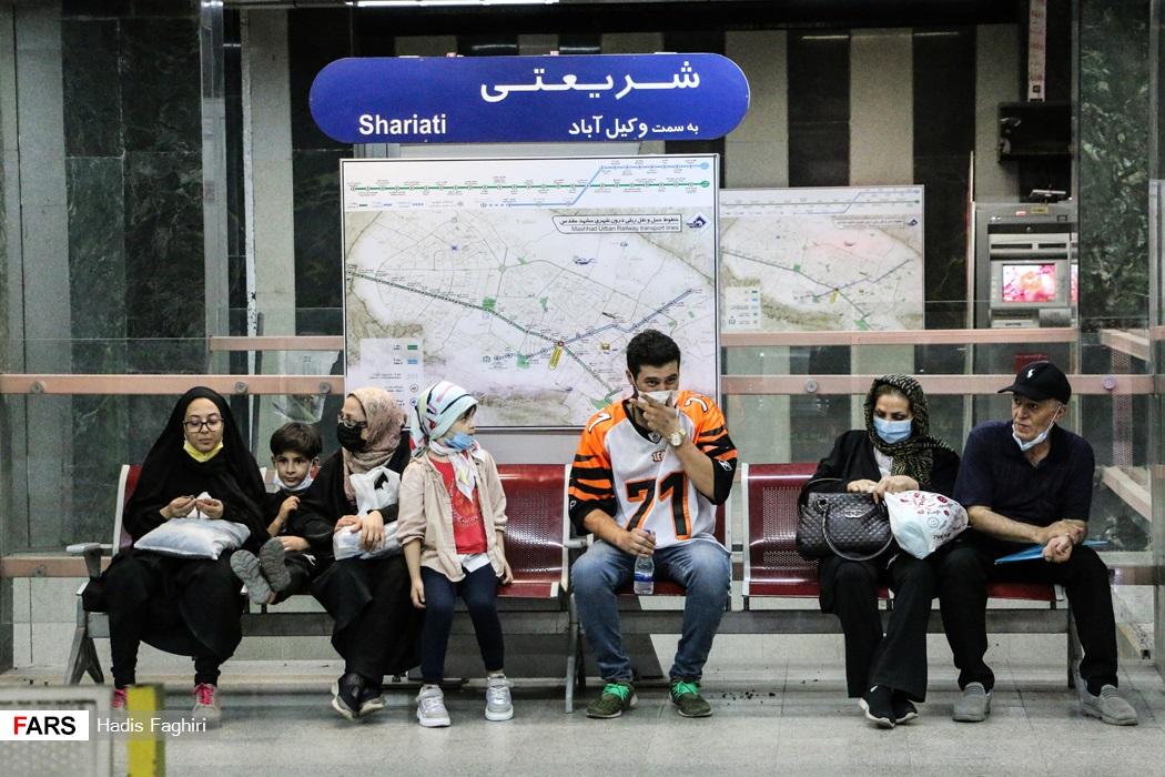 عدم رعایت فاصله اجتماعی  و دستورالعمل های بهداشتی در ایستگاه مترو شریعتی مشهد