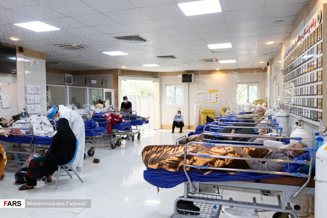 بیماران کرونایی تحت مراقبت در سالن بهار  بیمارستان حضرت علی اصغر(ع) شیراز در انتظار پذیرش برای انتقال به بخش