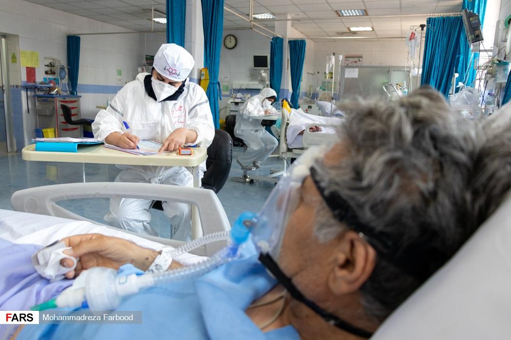 پرستاران در حال نوشتن گزارش پرستاری /  بخش ICU بیماران کرونایی بیمارستان حضرت علی اصغر(ع) شیراز