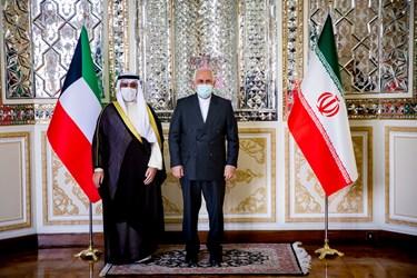 محمد جواد ظریف در کنارشیخ احمد ناصر المحمد الصباح وزیر امور خارجه کویت