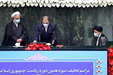 ورود سیدابراهیم رئیسی جهت ادای سوگند به پشت تربیون مجلس شورای اسلامی