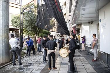 اهتزاز پرچم عزای ابا عبدالله الحسین(ع)  با حضور شهردار و اعضای شورای شهر تهران  در میدان امام حسین(ع)