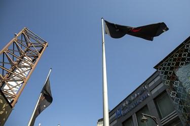 اهتزاز پرچم عزای ابا عبدالله الحسین(ع) در میدان امام حسین(ع)