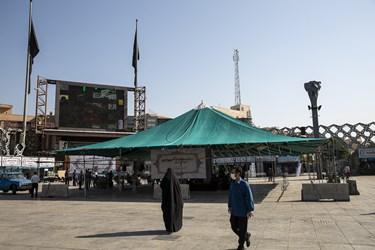 آیین فرهنگی عطر سیب و اهتزاز پرچم عزای ابا عبدالله الحسین(ع) در میدان امام حسین(ع)