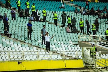 فرهاد مجیدی که با دریافت کارت زرد از داور در دیدار استقلال و گل گهر فینال جام حذفی را از دست داده است، از جایگاه تماشاگران تیم خود را هدایت میکند.
