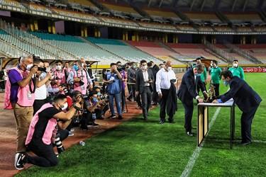 آماده سازی مراسم اهدای جام قهرمانی حذفی بین تیم های فولاد خوزستان و استقلال تهران