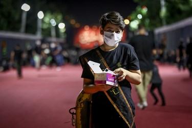 یکی از خادمان در حاشیه مراسم شب سوم محرم - هیئت لواءحیدرکرار (دانشگاه آزاد کرج)
