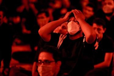 ابراز احساسات یکی از عزاداران در مراسم  شب سوم محرم درهیئت لواءحیدرکرار