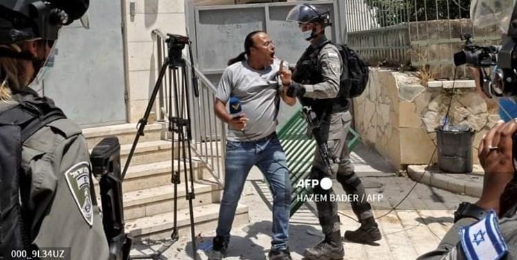 فیلم   تعرض نظامیان صهیونیست به خبرنگار شبکه «المنار»