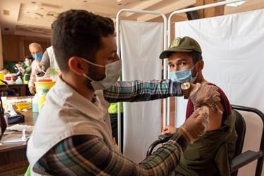 تزریق واکسن به کادر مرکز واکسیناسیون در مصلی وحدت گرگان
