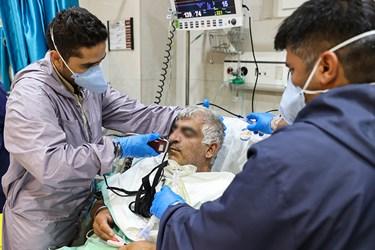 تراشیدن سبیل بیمار کرونایی توسط پرستاران بخش ICU بیمارستان بقیه الله(عج) جهت رفاه حال بیمار و استفاده بهتر از ماسک اکسیژن