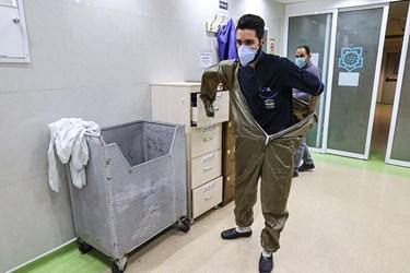 پوشیدن لباس مخصوص بخش کرونا توسط پرستاران حاضر در ICU بیمارستان بقیه الله(عج)