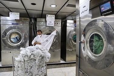 شستشوی ملحفه های آلوده کرونایی در بخش لاندری بیمارستان بقیه الله(عج)