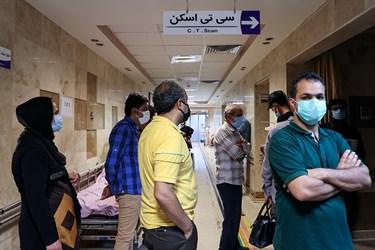 بیماران مشکوک به کرونا در صف سی تی اسکن ریه بیمارستان بقیه الله(عج) ایستاده اند