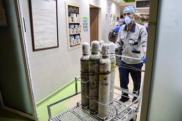 انتقال کپسولهای اکسیژن به بخش ICU بیماران کرونایی توسط پرسنل پشتیبانی بیمارستان بقیه الله(عج)