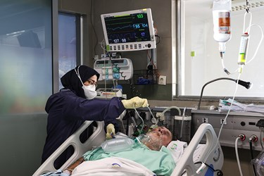رسیدگی به بیمار بدحال کرونایی در بیمارستان بقیه الله(عج) توسط پرستاران بخش ICU