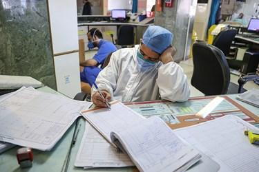 خستگی مدافعان سلامت در جدال با کرونا در بخش ICU بیماران کرونایی بیمارستان بقیه الله(عج)