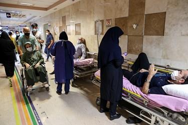 بیمارستان بقیه الله(عج) جهت رفاه حال بیماران بدحال از تخت به صورت موقت در راهروی درمانگاه بخش خاکستری استفاده نموده است