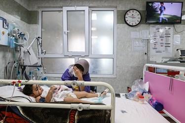 حضور والدین بر بالین کودک بدحال کرونایی در بخش ICU بیمارستان کودکان مفید تهران