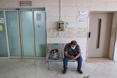 انتظار پدر خانواده پشت درب بخش ICU بیمارستان کودکان مفید