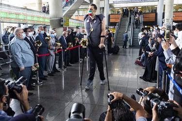 مرتضی مهرزاد عضو تیم ملی والیبال نشسته در مراسم استقبال از کاروان پارالمپیک توکیو 2020