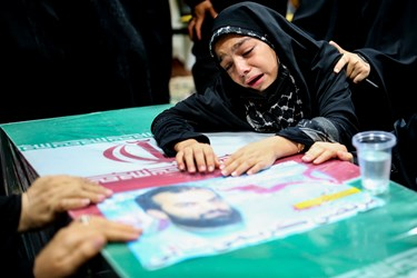 دختر شهید مدافع حرم مرتضی کریمی  در مراسم وداع با پیکر فرزندش در معراج شهدا تهران
