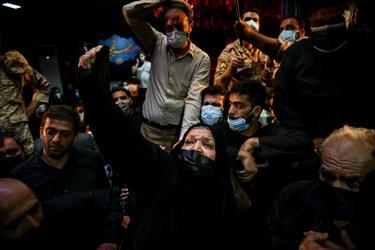 مادر شهید مدافع حرم مرتضی کریمی  در مراسم وداع با پیکر فرزندش در معراج شهدا تهران