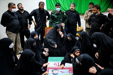 خانواده شهید مدافع حرم مرتضی کریمی  در مراسم وداع با پیکر فرزندش در معراج شهدا تهران