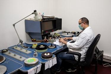 یادداشت برداری یکی از متخصصانجهت آرشیو صحیح فیلمهای ترمیم شده در فیلمخانه ملی ایران