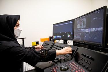یکی از متخصصان در حال تصحیح رنگ فیلم مطابق با رنگ اصلی فیلم