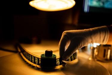 بازبینی و شرح نویسی فیلم (۳۵میلیمتری) با دستگاه بازبینی فیلم (موویلا) توسط یکی از متخصصان در فیلمخانه ملی ایران