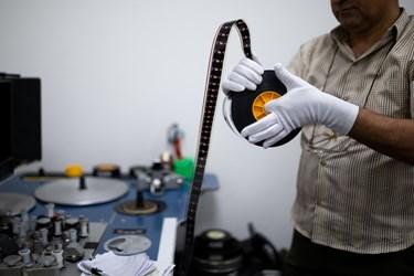 بررسی وضعیت فیزیکی فیلم (۳۵ میلیمتری) توسط یکی از متخصصان در فیلمخانه ملی ایران