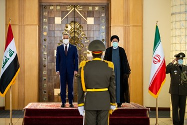 از راست: آیت الله سید ابراهیم رئیسی رئیس جمهور و مصطفی الکاظمی نخست وزیر عراق در مراسم استقبال رسمی از نخست وزیر عراق