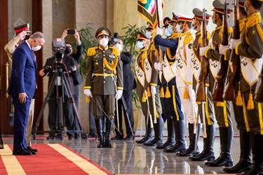 ادای احترام مصطفی الکاظمی نخست وزیر عراق به پرچم در مراسم استقبال رسمی رئیس جمهور از نخست وزیر عراق