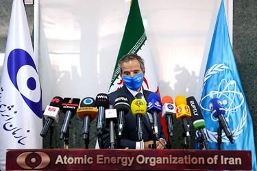 رافائل گروسی مدیرکل آژانس بینالمللی انرژی اتمی قبل از آغاز کنفرانس مشترک خبری با رئیس سازمان انرژی اتمی