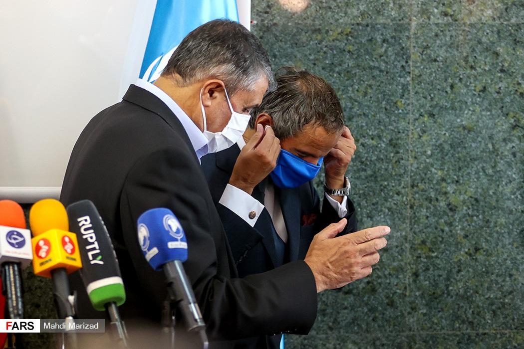 رافائل گروسی مدیرکل آژانس بینالمللی انرژی اتمی و محمد اسلامی رئیس سازمان انرژی اتمی در پایان کنفرانس خبری مشترک