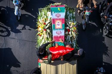 تشییع خودرویی شهید مدافع حرم «محمد اینانلو» به سمت دانشگاه آزاد کرج