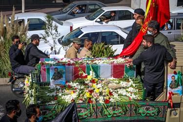 تشییع خودرویی شهید مدافع حرم «محمد اینانلو» به سمت امامزاده طاهر(ع) مهرشهر