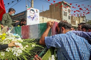 ابراز احساسات دوستان و همسایگان شهید مدافع حرم محمد اینانلو در کنار پیکر رفیق شهیدشان