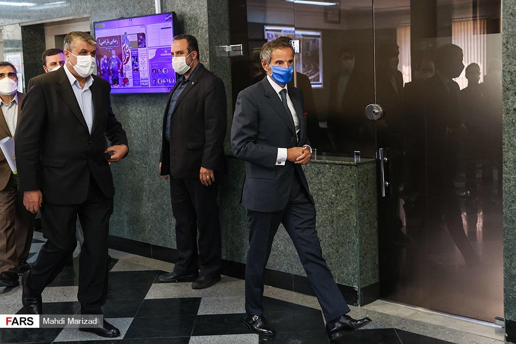 حضور رافائل گروسی مدیرکل آژانس بینالمللی انرژی اتمی و محمد اسلامی رئیس سازمان انرژی اتمی در محل برگزاری کنفرانس مشترک خبری