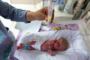 پرستار بخش مراقبت های ویژه نوزادان ( NICU 4 )  از طریق لوله معدی به  قل پنجم (  قل E  ) شیر می دهد. / بیمارستان حضرت زینب(س) شیراز