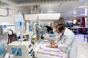 دکتر بخش مراقبت های ویژه نوزادان ( NICU 4 )  قل چهارم (  قل D  )  را معاینه می کند./ بیمارستان حضرت زینب(س) شیراز
