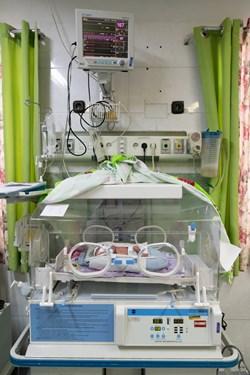 قل یکم (  قل A  ) دختر زیر دستگاه انکوباتور ( یک محیط بسته است که در ان دما و رطوبت کنترل می شود ) / بخش مراقبت های ویژه نوزادان ( NICU 1 ) بیمارستان حضرت زینب(س) شیراز