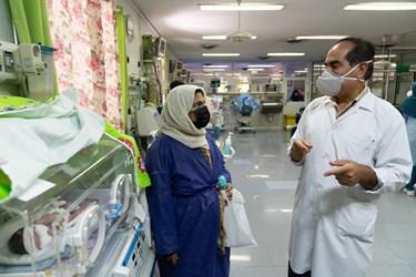 دکتر بخش مراقبت های ویژه نوزادان (  NICU 1 )  در مورد وضعیت قل یکم (  قل A  ) دختر به مادر توضیح می دهد. / بیمارستان حضرت زینب(س) شیراز