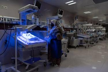 مادر قل پنجم (  قل E  ) را در بخش  مراقبت های ویژه نوزادان (  NICU 4 )  نگاه می کند./ بیمارستان حضرت زینب(س) شیراز